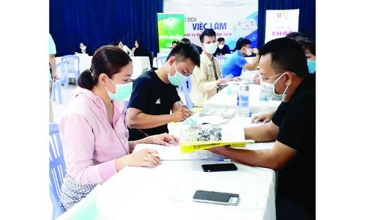 Người lao động  tại Sàn giao dịch việc làm do Trung tâm DVVL TPHCM tổ chức