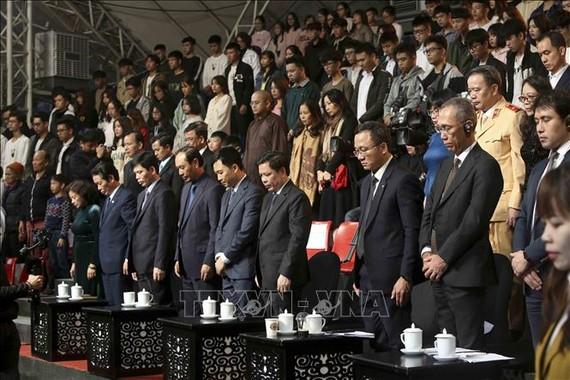 Các đại biểu dành một phút tưởng niệm các nạn nhân tai nạn giao thông. Ảnh: /TTXVN