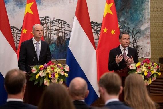 Bộ trưởng Ngoại giao Trung Quốc Vương Nghị (phải) và Ngoại trưởng Hà Lan Stef Blok trong một cuộc họp báo chung ngày 19-6-2019 tại Bắc Kinh. Ảnh: Benarnews