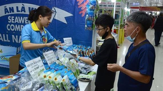 Người dân tham quan, mua sắm tại Hội chợ. Ảnh: TTXVN
