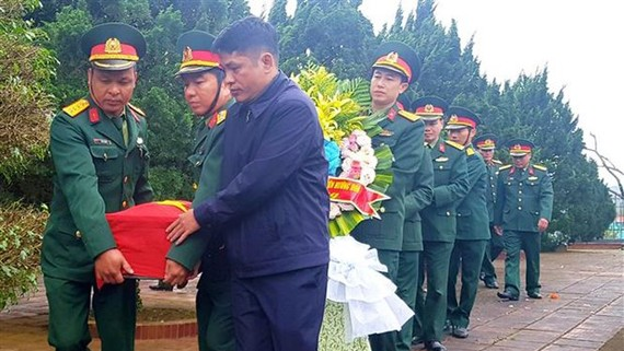 Lễ an táng hài cốt liệt sĩ tại Nghĩa trang Liệt sĩ huyện Hướng Hóa. Ảnh: TTXVN