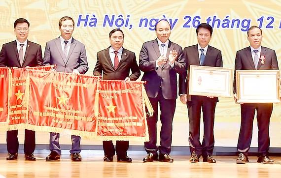 Thủ tướng Nguyễn Xuân Phúc trao Huân chương Lao động và Cờ thi đua  cho các tập thể, cá nhân xuất sắc của Ngân hàng Nhà nước. Ảnh: VIẾT CHUNG
