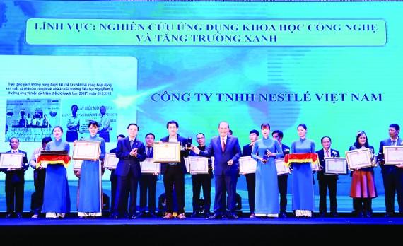 Ông Trương Hoàng Phương, Giám đốc nhà máy Nestlé Trị An vinh dự nhận bằng khen Giải thưởng Môi trường Việt Nam