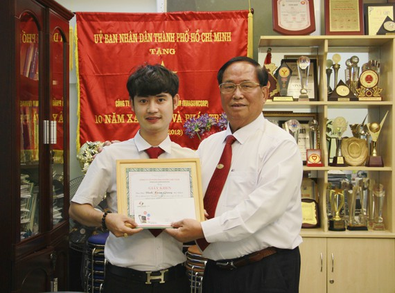 Ông Tạ Long Hỷ khen thưởng cho lái xe Đinh Xuân Giang