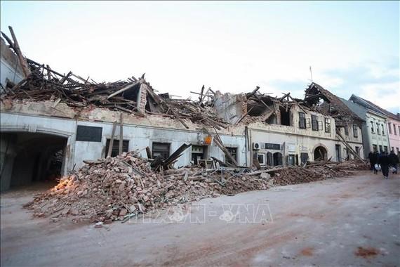 Những tòa nhà bị phá hủy trong động đất ở thị trấn Petrinja, cách thủ đô Zagreb của Croatia khoảng 50km về phía Đông Nam ngày 29-12. Ảnh: THX/TTXVN