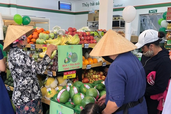 Cửa hàng Co.op Food thu hút khách hàng mua sắm