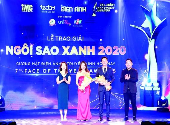 Đại diện nhãn hàng Trà thanh nhiệt Dr. Thanh và Công ty Unipharma nhận hoa từ chương trình