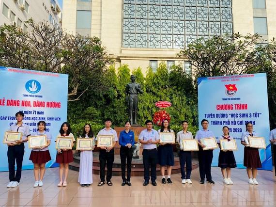 """Các học sinh nhận tuyên dương danh hiệu gương """"Học sinh 3 tốt TPHCM"""" năm 2020. Ảnh: Thanhuytphcm.vn"""