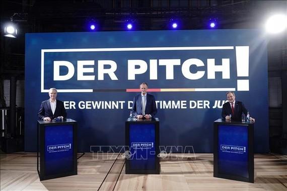 Ba ứng cử viên tranh cử Chủ tịch CDU gồm ông Armin Laschet (phải) - Thủ hiến bang Nordrhein-Westfalen, ông Friedrich Merz (giữa) - cựu lãnh đạo nhóm nghị sĩ liên đảng bảo thủ CDU/CSU trong Quốc hội và ông Norbert Rottgen (trái) - Chủ tịch Ủy ban Đối ngoại