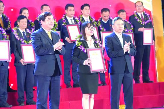 Đại diện Vedan Việt Nam nhận Chứng nhận Tốp 500 doanh nghiệp lớn nhất Việt Nam 2020