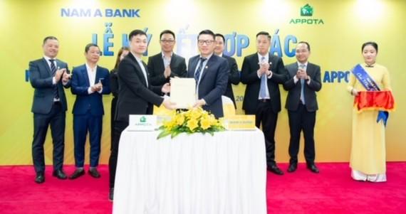 Đại diện Nam A Bank và AppotaPay ký kết hợp tác