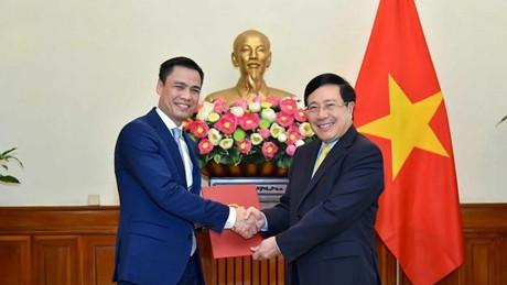 Ủy viên Bộ Chính trị, Phó Thủ tướng, Bộ trưởng Ngoại giao Phạm Bình Minh đã trao quyết định bổ nhiệm Thứ trưởng Ngoại giao cho ông Đặng Hoàng Giang. Ảnh: VGP
