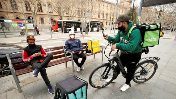 Tây Ban Nha ra luật có lợi cho người giao hàng bằng xe hai bánh. Ảnh: REUTERS