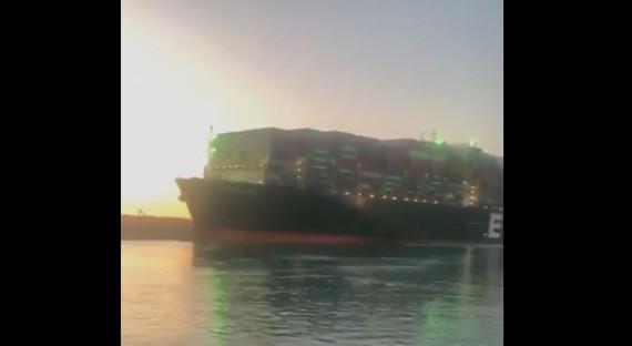 Tàu đã dần dịch chuyển ra xa phần bờ phía Tây của kênh đào Suez. Ảnh cắt từ video: Twitter