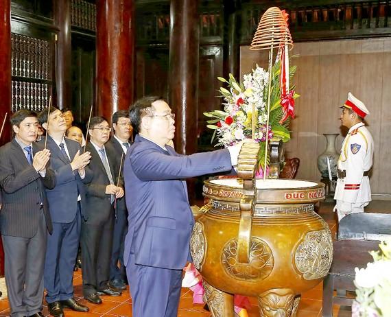 Chủ tịch Quốc hội Vương Đình Huệ dâng hương tưởng niệm Chủ tịch Hồ Chí Minh  tại Khu di tích quốc gia đặc biệt Kim Liên (huyện Nam Đàn). Ảnh: DUY CƯỜNG