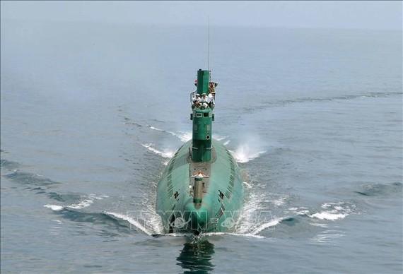 Nhà lãnh đạo Triều Tiên Kim Jong-un thị sát tàu ngầm số 748 của đơn vị hải quân thuộc Quân đội Nhân dân Triều Tiên ở một địa điểm bí mật (ảnh tư liệu do Hãng thông tấn Trung ương Triều Tiên KCNA đăng phát ngày 16-6-2014). Ảnh: AFP/TTXVN