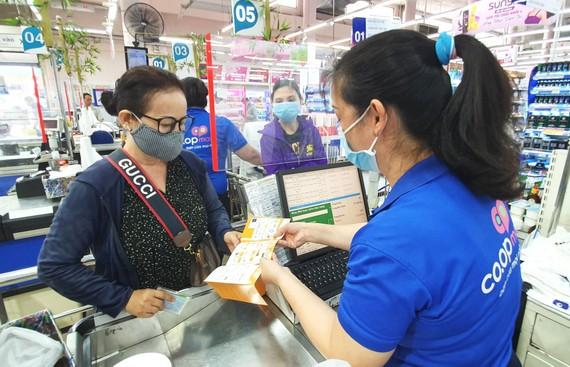 Siêu thị Co.opmart thu hút người tiêu dùng mua sắm