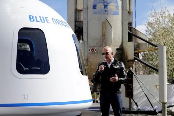 Công ty tên lửa Blue Origin của tỷ phú Jeff Bezos đã sẵn sàng mở bán vé du lịch vũ trụ ở quỹ đạo thấp. Ảnh: REUTERS