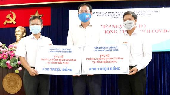 Ngành điện TPHCM ủng hộ 800 triệu đồng phòng chống dịch Covid-19
