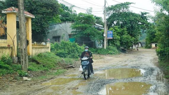 Mặt đường  ĐT601 đi vào xã Hòa Bắc (huyện Hòa Vang, TP Đà Nẵng) bong tróc