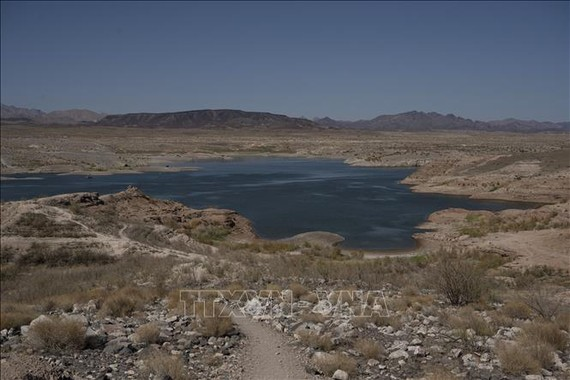 Một hồ nước gần Las Vegas, bang Nevada, Mỹ gần khô cạn do nắng nóng kéo dài, ngày 10/6/2021. Ảnh: AFP/TTXVN