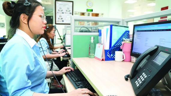 Nhân viên chăm sóc khách hàng EVNSPC trực 24/24 để giải đáp thắc mắc, hỗ trợ khách hàng sử dụng điện