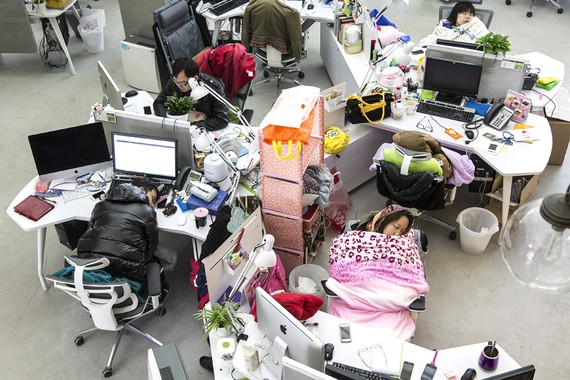 Văn hóa làm việc 996 vắt kiệt sức của người lao động