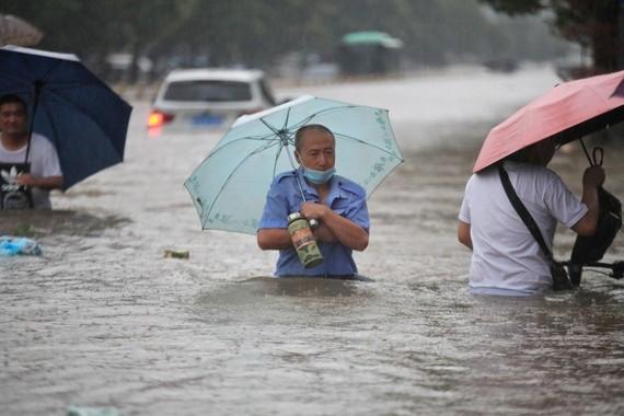 Mưa lớn gây ra lũ lụt kỷ lục ở thành phố Trịnh Châu, tỉnh Hà Nam. Ảnh: REUTERS
