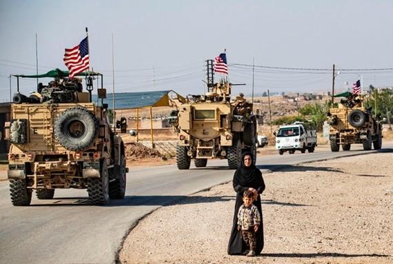 Một đoàn xe bọc thép của Hoa Kỳ tuần tra thị trấn Qahtaniyah ở phía đông bắc Syria giáp với Thổ Nhĩ Kỳ, ngày 31-10-2019. Ảnh: foreignpolicy.com