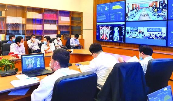 Các bác sĩ Đại học Y Hà Nội đang thăm khám và hội chẩn với bệnh viện tuyến dưới về một ca bệnh. Ảnh: VIẾT CHUNG