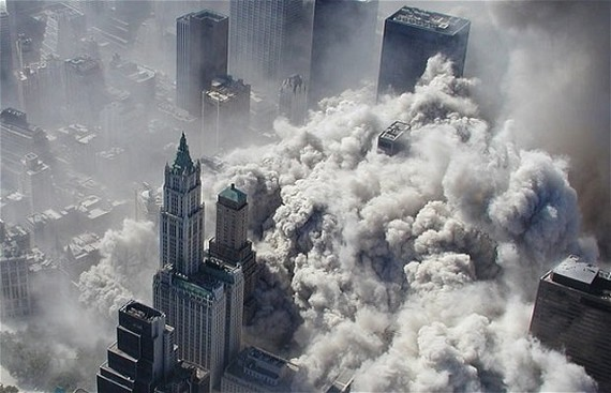 Tháp đôi trung tâm thương mại thế giới sụp đổ ngày 11-9-2001. Ảnh: Telegraph
