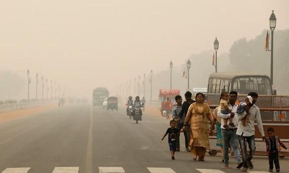 Khói bụi trên đường phố Ấn Độ. Ảnh: REUTERS