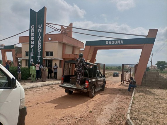Lực lượng an ninh làm việc tại một trường học ở bang Kuduna. Ảnh: REUTERS
