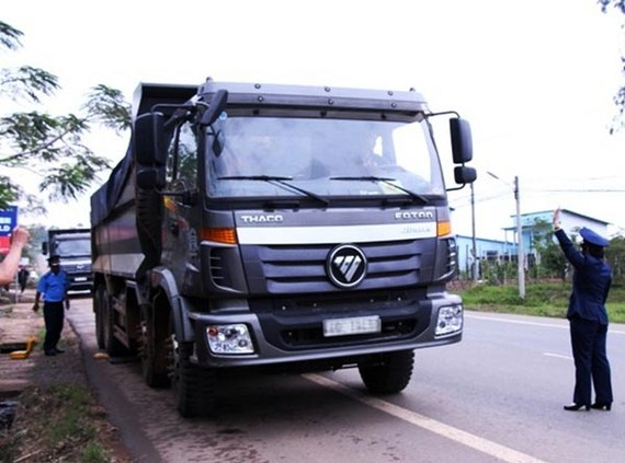 Xe quá tải lưu thông trên Quốc lộ 20 (qua địa phận huyện Di Linh) bị đoàn kiểm tra xử lý