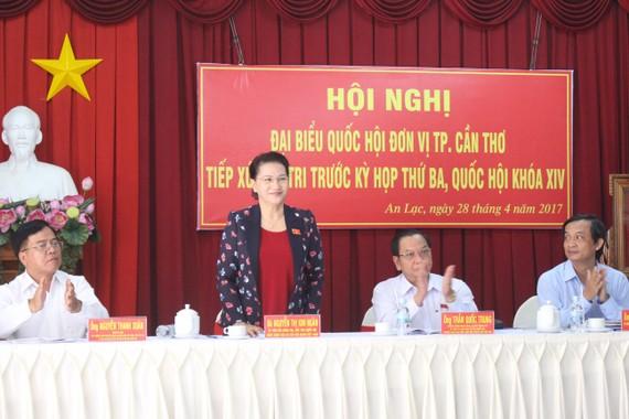Chủ tịch QH Nguyễn Thị Kim Ngân tiếp xúc cử tri phường An Lạc ngày 28-4.