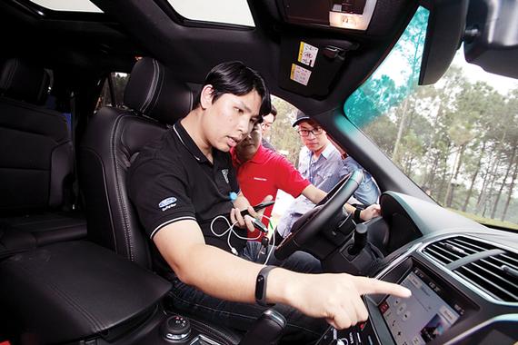 Đại diện Ford Việt Nam hướng dẫn trải nghiệm hệ thống thông minh trên xe Ford