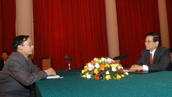 Phóng viên Văn Nghĩa (Văn phòng đại diện Báo SGGP tại Hà Nội) phỏng vấn  Chủ tịch nước Nguyễn Minh Triết nhân dịp Xuân Mậu Tý 2008    Ảnh: MINH ĐIỀN