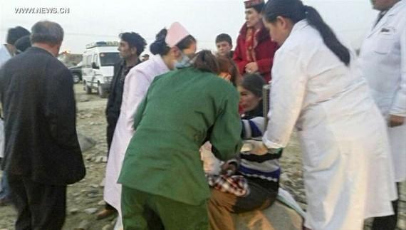 Cứu chữa người bị thương trong trận động đất ở làng Kuzigun, huyện Taxkorgan, khu tự trị Tân Cương, Trung Quốc, ngày 11-5-2017. Ảnh: Tân Hoa Xã