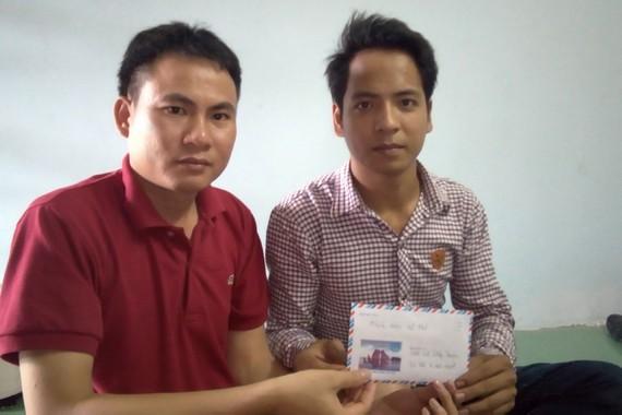 Phóng viên trao quà bạn đọc hỗ trợ cho anh Lê Công Hùng