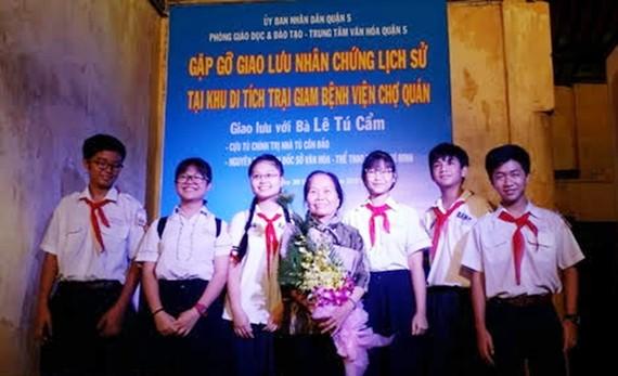 Bà Tú Cẩm trong buổi nói chuyện về Bác Hồ  với học sinh