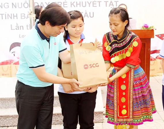 Ngọc Hạnh (bìa phải) nhận quà sau phần thi văn nghệ