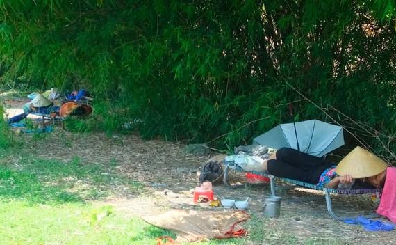 Nắng như thiêu đốt, người dân Thanh Hóa ra bụi tre nghỉ trưa tránh nắng