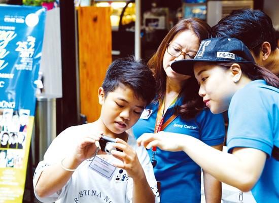 Các em được học cách sử dụng máy ảnh, dưới sự hướng dẫn của tình nguyện viên Sony. Tự khám phá cuộc sống qua ống kính