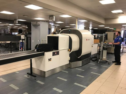 Máy quét CT mới soi chiếu hành lý xách tay đang được thử nghiệm tại sân bay quốc tế Phoenix Sky Harbor ở bang Arizona, Mỹ. Ảnh: AMERICAN AIRLINES