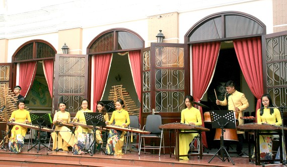 Trình diễn âm nhạc dân tộc phục vụ khán giả TP và du khách quốc tế trước sảnh phòng hòa nhạc của Nhạc viện TPHCM