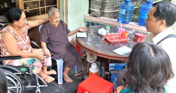 Mẹ Đặng Thị Dương trú tại xã Lương Phú, tỉnh Bến Tre vui mừng tiếp chuyện với đại diện Vinamilk