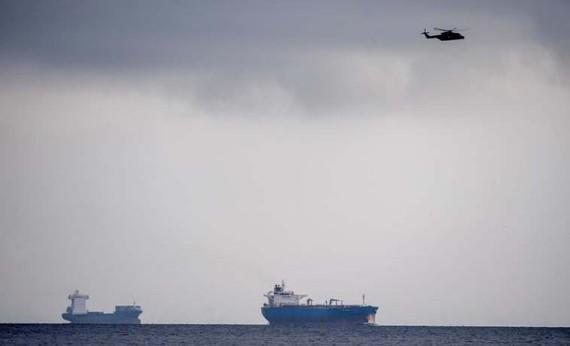 Trực thăng và tàu Hải quân Đan Mạch tìm kiếm khu vực cảng Copenhagen, nơi tàu ngầm UC3 Nautilus bị chìm. Ảnh: REUTERS