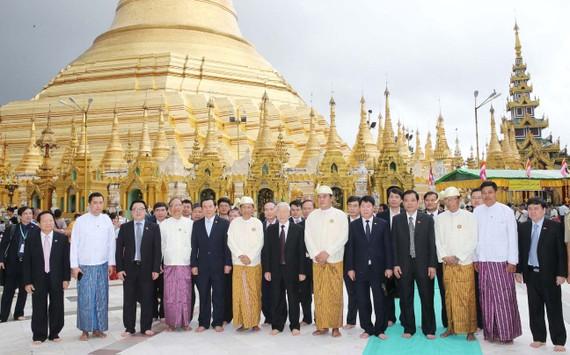 Tổng Bí thư Nguyễn Phú Trọng và các đại biểu chụp ảnh chung tại Chùa Vàng. Ảnh: TTXVN