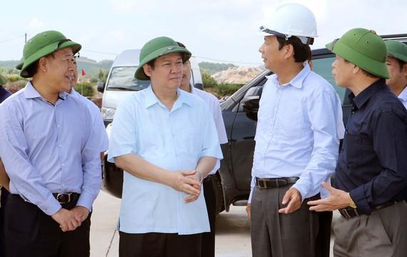 Phó Thủ tướng Vương Đình Huệ nghe các đơn vị thi công báo cáo Dự án Cảng hàng không Quảng Ninh. Ảnh: TTXVN