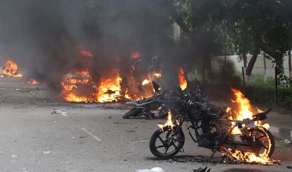 Các phương tiện bị đốt phá trong cuộc biểu tình quá khích tại Panchkula, Ấn Độ ngày 25-8. Ảnh: TTXVN